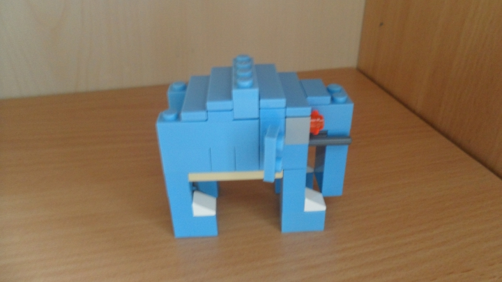 LEGO MOC - 16x16: Animals - Hunting on blue elephant: Сбоку.